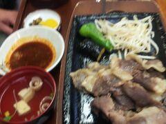 新見駅からすぐの「伯備」さんにて昼食。麺類から定食まで幅広いメニューがあります。ジビエ料理の猪スタミナ定食を選びました。ピリ辛タレをつけていただきます。