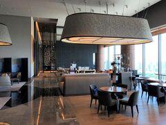 東京・大手町『Four Seasons Hotel Tokyo at Otemachi』39F 【THE LOUNGE】  『フォーシーズンズホテル東京大手町』のカフェラウンジ【ザ ラウンジ】 のシーティングエリアの写真。  バーカウンターがあります。  ちなみに、写真中央奥はルーフトップテラスを備えるイタリア料理 【PIGNETO(ピニェート)】のエントランスです。  2021年6月にカフェラウンジ【THE LOUNGE(ザ ラウンジ)】で 「マンゴーサマーアフタヌーンティー」をいただきました↓  <大手町のラグジュアリーホテル『パレスホテル東京』 2020年9月開業の『フォーシーズンズホテル東京大手町』39階にある カフェラウンジ【ザ ラウンジ】で2021年6月1日から マンゴーサマーアフタヌーンティーがスタート♪>  https://4travel.jp/travelogue/11695588