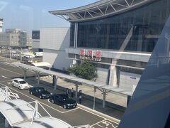 仙台空港の駐車場は予約をして、比較的空港に近い場所に停め連絡歩道橋を通って。荷物を預けてから息子へのお土産を購入。何でもネットで買える時代だけど、それでもついつい息子に食べさせたくて買ってしまう。