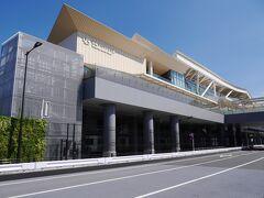 これから駅周辺の開発から、駅舎デザインもモダンです。デザインは国立競技場デザインの隈研吾さんです。