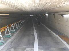 おばけトンネルに到着です。何でここが、おばけトンネルと言われるのかを考えていたら、おばけが向こうから来ました?m(_._)m 今は車は通れませんが、工事前は芝浦方面への抜け道となっており、タクシーの行灯が擦れて壊れてしまったり、photoのように首を垂れないと通れないことから、付けられたらしいです。