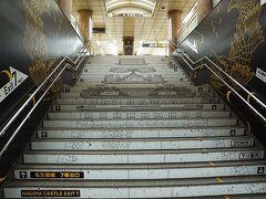 この階段、ちょっと素敵、名古屋城を描いてあるのです。名古屋市営地下鉄の市役所駅の名古屋城へ行くのに程よい改札口近くの階段です。