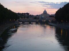 帰りは散歩をしながらローマの夕陽を眺めます。