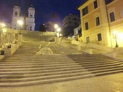 夜のローマ散歩は続き、スペイン広場まで来ました。誰もいない!様に見えるのは工事中で柵があったので誰も階段にはいませんでした。