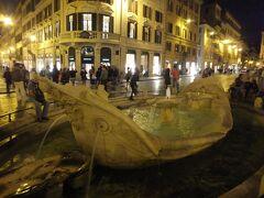 スペイン広場の階段の前にある噴水です。ここには人が大勢いました。