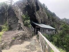 灯台から少しあるくと岩山にへばりつく様に石室神社が建っています