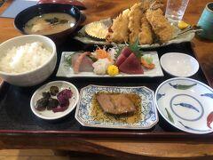 お昼は伊豆高原のカネ光水産でアジフライ定食(@1,760円)を頂きます。 芸能人の色紙が色々貼ってありタモさんもありました。  ふわふわのアジフライとお刺身煮付けなどかなりのボリューム。 アジフライうまー