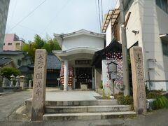 周囲を散策します。ホテルのすぐ横にある圓満寺です。