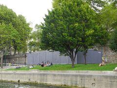 ボートからセーヌ川河岸を眺めると、芝生の上で寝転がったり、本を読んでいる人達が見えました。とてもゆったりとした贅沢な時間を過ごしていて、いいなーと思いました。