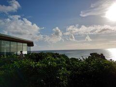 バンタカフェ到着。 大屋根デッキから海が見えました。