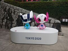 さて、次は高幡不動尊にあるTOKYO2020のキャラクターを見に行きました 京王線の高幡不動駅から歩いて2~3分の所にある高幡不動尊 初詣にかなり混むお不動さんです ここにモニュメントがあるとは・・・ 浴衣を着てなんとも涼しげでかわいいキャラクターたち