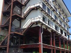 たろう観光ホテル。 大きな防潮堤を通った海側にありました。 今回初めての震災遺構です。