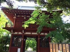 ウナギだけを食べて一日が終わるのも少しもったいないので、車で移動して松戸にある本土寺に寄りました。ここはアジサイで有名なお寺ですが、訪れたことなかったのです。 こちらは入口の仁王門。