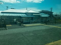 ■安房勝山駅  安房小湊、安房天津、安房鴨川に次ぎ旧国名「安房」が駅名に入る駅です。  こちらも那古船形駅同様に棒線化工事が行われています。  内房線の特急が衰退し、待避設備が要らなくなったのでしょう・・・  JR東日本始め、全国のJRローカル線では棒線化される駅が多くなっています。
