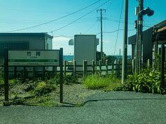 ■竹岡駅  竹岡駅に到着。竹岡駅付近は高台になっているので建物の間から奥には東京湾が見えます。  竹岡式ラーメンで有名な街ですが、竹岡地区へは隣駅の上総湊駅の方が近いみたいです...