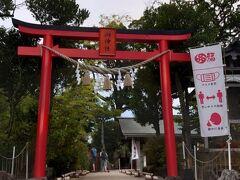 稲佐山の夜景を見に行くには、長崎駅前からバスに乗ります。 ロープウェイ前停留所下車。 神社を突っ切ると