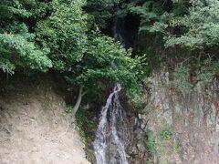藩主が手前にあるお茶室から眺められるように作られた滝です。  昔は人力で汲み上げて流していたそうな。