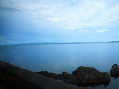 この路線の車窓からは、穏やかな海の景色を楽しむことができるのがいいですね。