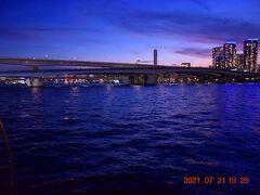 晴海大橋や首都高が東京湾を跨ぐ光景。