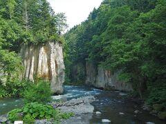 次に向かったのは大函。「函」とは川の両岸が切り立って箱のようになった地形の事をいうそう。見事な柱状節理の断崖絶壁を拝めますが、約3万年前に昨年見た大雪山のお鉢平の噴火で流れてきた溶岩が作ったというのは驚きです。