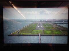 飛行時間1時間30分程、15時前なので都心ルート回避して千葉市から西向きに進入。D滑走路RWY23に着陸、D滑走路着陸は初めてです。モニターが映って、この時ばかりはエアバス321で良かったと思いました