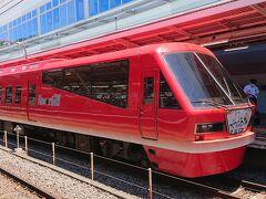熱海駅で、沼津方面行きの電車に乗換待ち。珍しい電車『リゾート21』を発見。