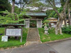 次は、三滝堂からちょっと西に行ったところにある原田甲斐の首塚です。原田甲斐の首塚は、登米市立米谷小学校近くの東陽寺の境内にあります。