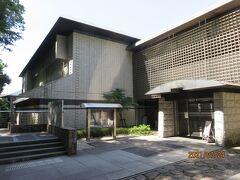 県立金沢文庫.   金沢文庫は、北条実時の施設文庫から発展したものですが、現在の施設は昭和5年に再興されたもので、金沢文庫の蔵書や稱名寺や鎌倉の文化財が保管されています。  この日は、江戸時代の稱名寺の資料展示が催されていましたが、次に訪れる浄楽寺の運慶仏拝観の予約時間があるので、入館はしませんでした。