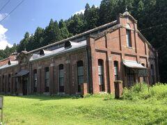 信越線が幹線鉄道ではじめて電化されたことに伴い、明治45年に建設された丸山変電所。国の重要文化財に指定されている。