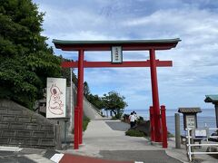 棚田を後にしてやって来ました本来の目的地、元乃隅神社。ここ数年でめちゃくちゃ有名になった大人気絶景スポットです。キツネの顔ハメあるな。。