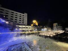 もくもくと煙の上がる湯畑。 奥側に見えている大きなホテル・・・まさかの無点灯・・・