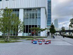 横浜みなとみらい・新高島『KEIKYU MUSEUM』  『京急ミュージアム』の写真。  みなとみらい大通りにある『京急ミュージアム』は WEB事前予約制です。  「京急ミュージアム」は、『本物』を見て、触れて、楽しむ  をコンセプトに、京急創立120周年事業の一環として整備しました。 館内には、昭和初期から活躍し、約2年かけて修繕作業を行った 歴史的車両「京急デハ230形」を展示するほか、沿線を忠実に再現した 「京急ラインジオラマ」や運転体験コーナー「鉄道シミュレーション」、 工作体験ができる「マイ車両工場」など多様な展示や体験を用意し、 多くのお客さまに京急グループの魅力を感じていただく施設を 目指します。 また、京急グループの歴史とともに現在と未来の情報を発信する この施設を通じて、横浜・みなとみらい地区ににぎわいを 創出してまいります。小さな施設のなかに魅力がギュッと詰まった 「京急ミュージアム」をどうぞお楽しみください。