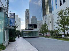 横浜・みなとみらい『アパホテル&リゾート〈横浜ベイタワー〉』は まだ休業中のため宿泊できません(>_<)  みなとみらい線「新高島」駅2番出口を上がったところの写真。  渋谷で岡田将生くん主演の演劇を観てから、横浜みなとみらいへ 移動しました↓  <渋谷『シアターコクーン』で2021年7月11日からスタートした 岡田将生くん主演の演劇「物語なき、この世界。」を鑑賞 『渋谷マークシティ』にオープンした「渋谷 東急フードショー」の グルメ【Made in ピエール・エルメ】&【ラデュレ)】渋谷東急 フードショー店限定商品、【ピエール・エルメ・パリ】青山店限定、 【ゴントラン シェリエ】東京青山店、【純生食パン工房ハレパン】 表参道店、ルーフトップテラスがオシャレなビストロ【クインシー】 でランチ♪>  https://4travel.jp/travelogue/11702532