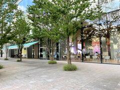 横浜みなとみらい・新高島『S/PARK Museum』  2019年4月13日に『資生堂エスパーク』にオープンした 【S/PARK Cafe(エスパーク カフェ)】の写真。  みなとみらい大通りにあります。  資生堂グローバルイノベーションセンター(S/PARK)について。  資生堂の新しい研究所「資生堂グローバルイノベーションセンター」 は、「都市型オープンラボ」として国内外の最先端研究機関や 異業種などから集約した多様な知見、情報、技術を融合させて 最適な価値をつくることで、国や業界を超えたイノベーションを 実現します。呼称を「S/PARK(エスパーク)」とし、多くの方に 親しみを持って気軽に立ち寄っていただける研究所となることを 目指します。 S/PARKには、多くの人が集まる「資生堂のパーク(公園)」と、 イノベーションが次々とうまれる「スパークする研究所」という 2つの意味を込めています。