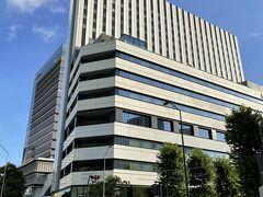 横浜みなとみらい・新高島『KTビル』『横浜東急REIホテル』の写真。  すずかけ通り西交差点から『横浜東急REIホテル』の外観をパチリ。  奥に『KT Zepp Yokohama』があります。その先にも 2020年7月10日にオープンした『ぴあアリーナMM』があるので ライブなどへ行かれる方は間違えないようにしましょう↓  <横浜グルメ散歩♪【エロイーズカフェ】横浜ハンマーヘッド店の フレンチトースト『ぴあアリーナMM』にオープンした 【ザ・ブルーベル】のパンケーキ★山下公園~港の見える丘公園 【ティールーム 霧笛】商業施設『ニュウマン横浜』 【しらす食堂 じゃこ屋 七代目 山利】>  https://4travel.jp/travelogue/11657675