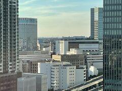 横浜みなとみらい・新高島『横浜東急REIホテル』14F  「スーペリアツイン(32.6㎡)」のお部屋(1435号室)からの 眺望の写真。  「横浜」駅方面をズーム。  『横浜モアーズ』、『JR横浜タワー』、『NEWoMan横浜』、 『相鉄ジョイナス 』、『横浜ベイシェラトンホテル & タワーズ』 などが見えます。