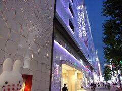ホテルから徒歩5分で松屋銀座へ(^_-)-☆。 だいぶ前ですが、ここで結婚式に着ていくためのフォーマルウエアを買いに来たことがあります。 それ以来なので久しぶりにやって来ました。  ※その時の旅行記はこちら 「銀座松屋でバーゲンバトルをした後に、はとバスで皇居と東京タワーに行ってきました(^-^;)」 https://4travel.jp/travelogue/10689390