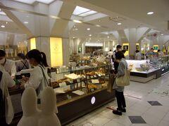 朝食用にどうしようか悩んでいたら、メゾンカイザーのお店を発見(^_-)-☆。 クロワッサンをゲット!