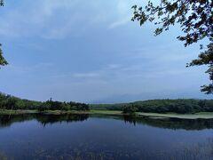 2湖。ガイドブックで、よく載ってる知床の写真は2湖。 確かにきれいですね。 知床連山がおしいー