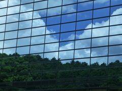 外に出てみると、博物館の建物がハーフミラーで空、雲や景色が映り込み自然と一体化しています。
