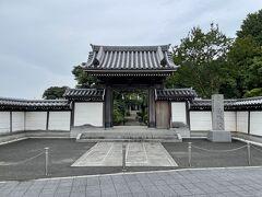 日光街道粕壁宿の寺町にある真言宗智山派の寺院。丁度大通りの突き当たりにあります。