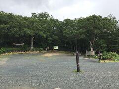 東京の自宅を7時過ぎに出て、高速を走り、戸倉に着いたのは10時過ぎで、ちょうど3時間のドライブでした。  10時半過ぎ、人がまとまったので乗り合いタクシーで鳩待峠へ。休憩所で腹ごしらえをして、尾瀬ヶ原に向かって下り始めたのは11時過ぎのこと。雨がしとしと降っていたので、傘を差し、足元に注意して歩きます。