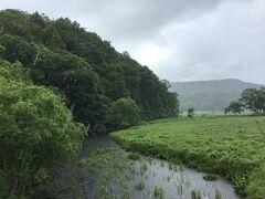 牛首の裾を流れる上の大堀川。こんもりとした牛首がちょっとした島のようにも見えますね。