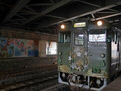 入線してきました。2両編成で1号車は和風、2号車は洋風の内装。 https://www.jr-odekake.net/railroad/kankoutrain/area_hiroshima/marumaru_no_hanashi/