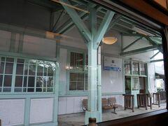 終点の一つ手前、萩駅に到着。大正レトロな美しい洋館駅舎として有名。資料館も併設されています。ミントグリーンの柱や梁と白い壁がかわいい。
