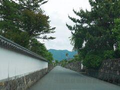 堀内地区は藩の役所や上級武家屋敷が建ち並んでいたところで、立派な土塀や石垣が延々と続く。全国で最初に重伝建に指定された場所です。重伝建好きにはとても魅力的ですが、歩いて回るにはちと広い。