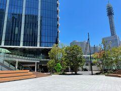 横浜みなとみらい・新高島『横浜グランゲート』の写真。  すぐ右後ろが「新高島」駅です。  2021年5月16日、横浜中華街に本店がある中華料理店【福満園 (ふくまんえん)】横浜グランゲート店もオープンしました。  私たちはグリーンのオブジェが見える奥にオープンしたお店へ 向かいます。