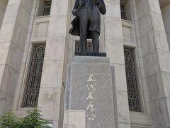 大阪証券取引所、 立派な五代友厚の銅像。
