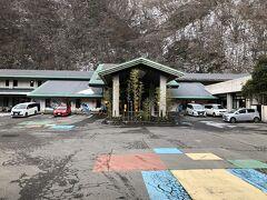 熱海荘さんのお隣に、今回の旅で宿泊した『金蘭荘花山』さんがありました。 1990年代に建てられた客室が30室位の中規模のコンクリート造りの旅館でした。 建物は現在も残っているそうですが、今は営業されていません。  基本宿泊料金は当時、週末朝夕2食付き1人泊で2万円を切るお値段でした。