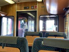 7時51分発の九州横断特急熊本行きに乗ります。一車両一人占めです。